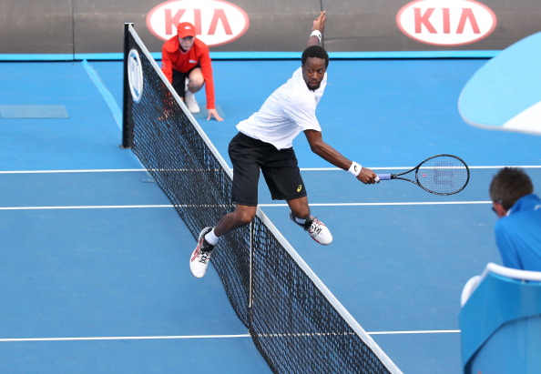 Gaël Monfils dans une position périlleuse lors de l'Open d'Australie 2014. (Photo by Michael Dodge/Getty Images)