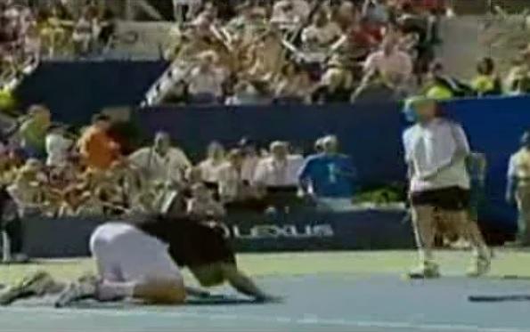 Andy Roddick se prosterne devant Andre Agassi après un retour phénoménal du Kid de Las Vegas.