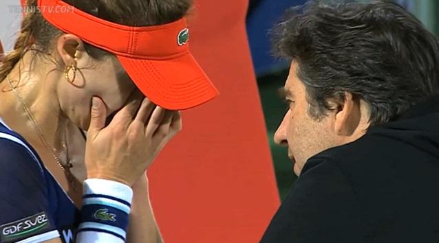 Alizé Cornet craque et font en larmes à un changement de côté dans le premier set en finale du tournoi de Dubaï 2014.