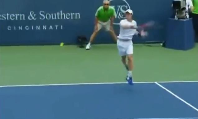 Andy Murray lâche un coup droit supersonique à 200 km/h au Masters 1000 de Cincinnati 2011.