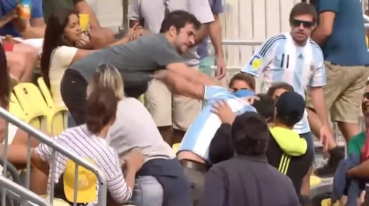 Il est beau l'esprit olympique entre brésiliens et argentins.