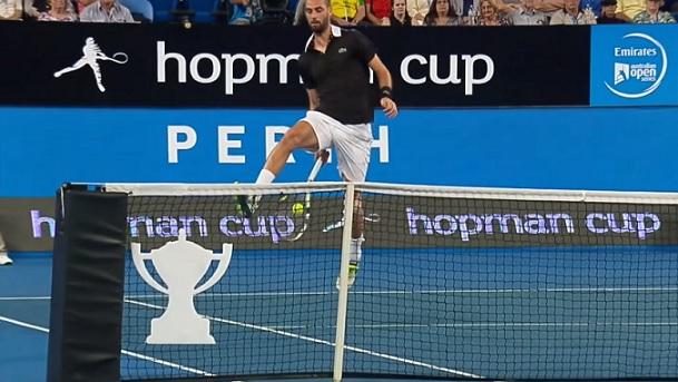 Le trick shot de Benoît Paire à la Hopman Cup.