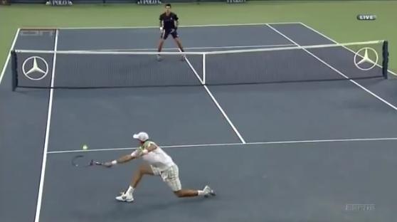 Un point génial joué dans une ambiance exceptionnelle entre Carlos Berlocq et Novak Djokovic à l'US Open 2011.