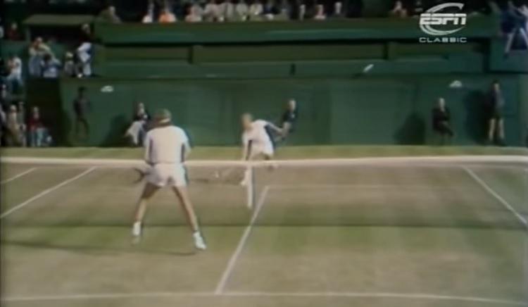Un point sympathique entre Vitas Gerulaitis et Björn Borg en demi-finales de Wimbledon 1977.
