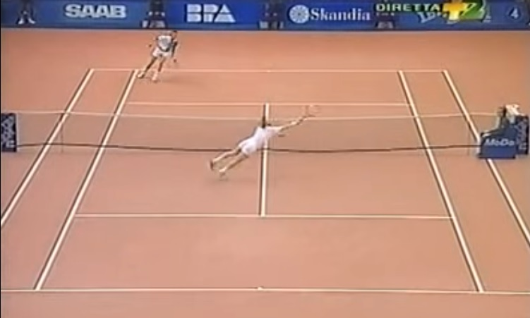 Boris Becker finit ce superbe point sur un plongeon.