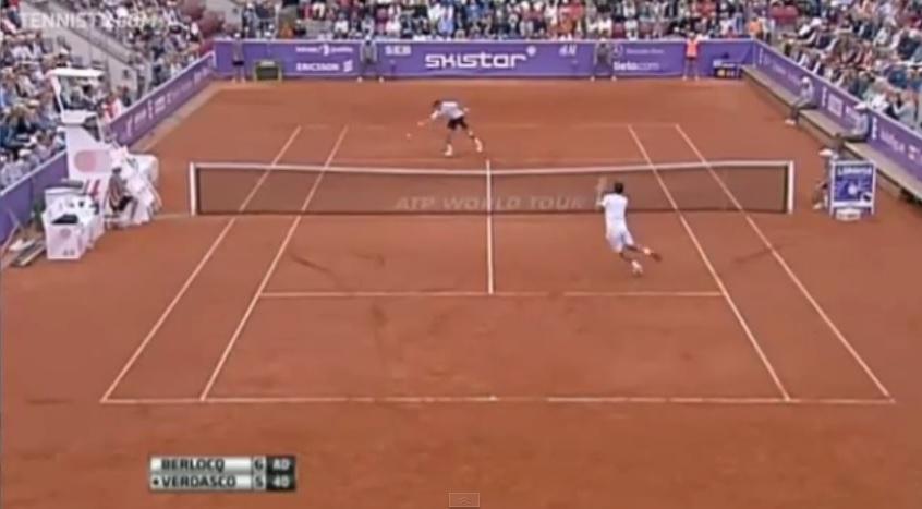 Une volée réflexe monstrueuse de Carlos Berlocq sur balle de set en finale du tournoi de Bastad 2014.