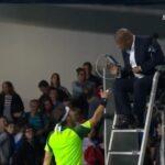 L'arroseur arrosé. L'arbitre Carlos Bernardes a hésité longuement avant de serrer la main de Fabio Fognini au Masters 1000 de Paris-Bercy 2014.