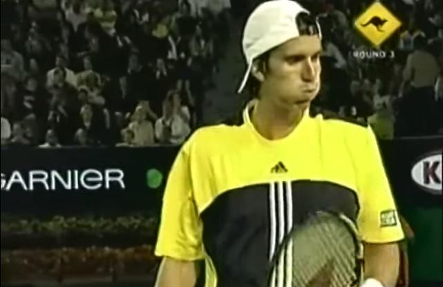 Juan Ignacio Chela crache sur Lleyton Hewitt lors d'un match tendu à l'Open d'Australie 2005.