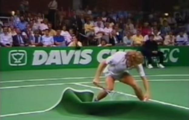 Un léger problème de moquette en demi-finales de la Coupe Davis 1985.