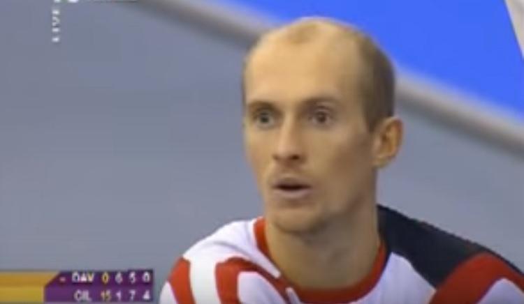 Nikolay Davydenko discute avec l'arbitre après son avertissement pour « manque de combativité ».
