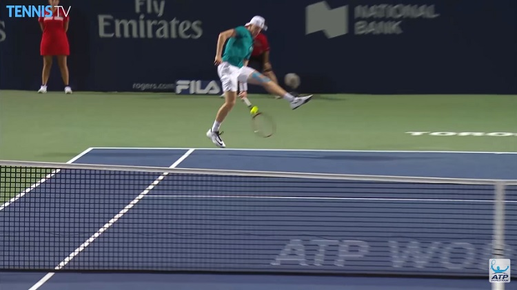 Denis Shapovalov improvise avec un tweener.