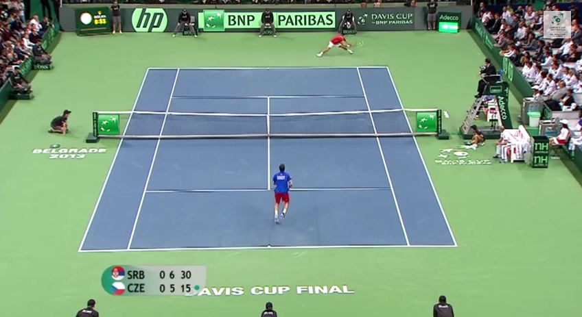 La machine Novak Djokovic en action contre Radek Stepanek en finale de la Coupe Davis 2013.