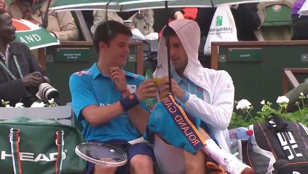 Un moment génial entre Novak Djokovic et un ramasseur de balles au premier tour de Roland Garros 2014.