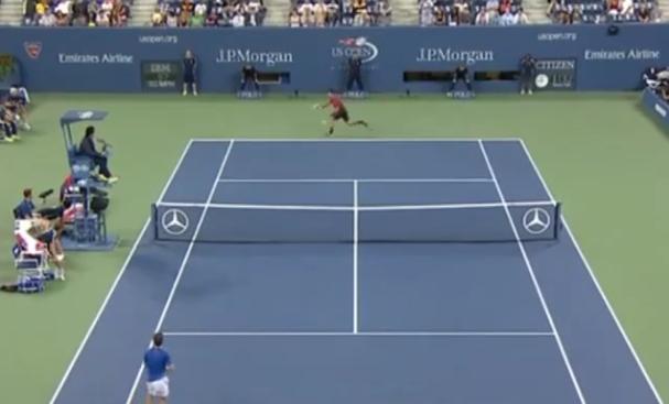 Novak Djokovic frappe un coup droit énorme avec un simple coup de poignet au premier tour de l'US Open 2014.