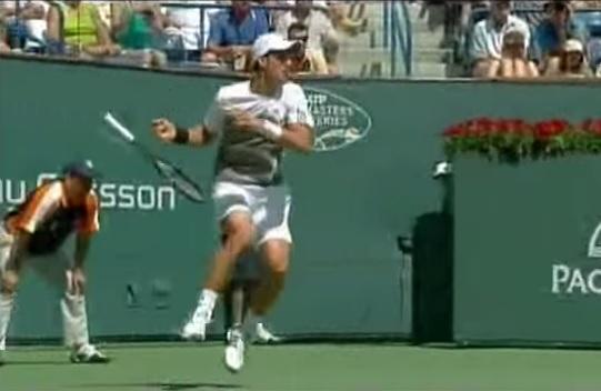 Djokovic semble dans une situation critique mais il va gagner ce point amusant.