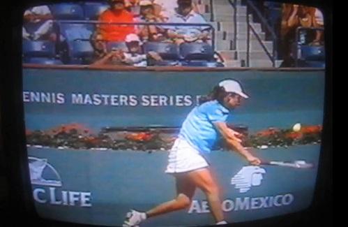 Emmanuelle Gagliardi tranche la balle comme un saucisson.