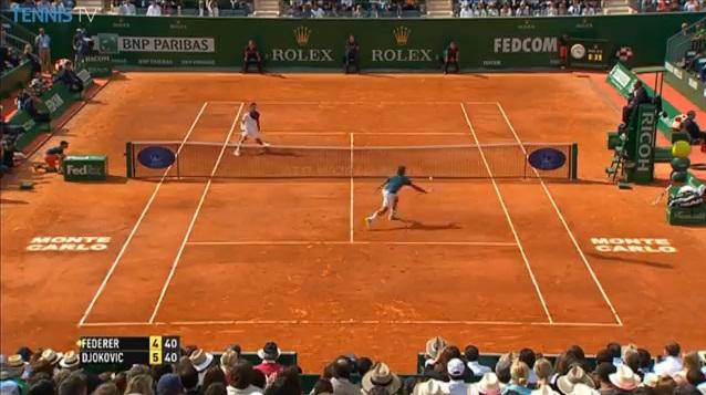 La belle anticipation de Roger Federer pour remporter le point du match contre Novak Djokovic en demi-finales à Monte-Carlo.
