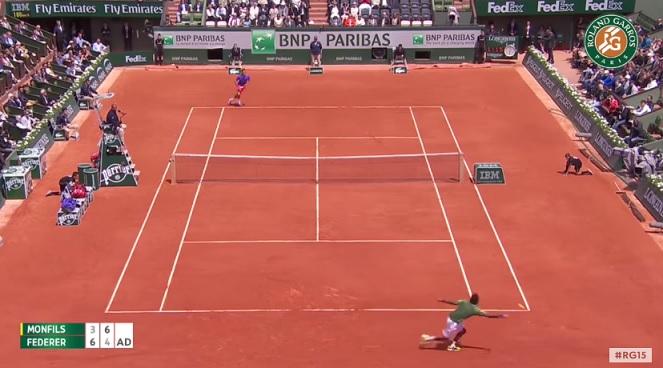 Roger Federer fait exploser Gaël Monfils en coup droit sur ce point.