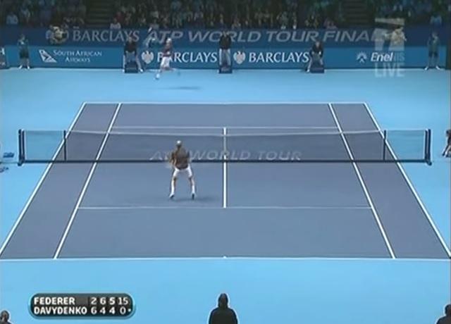 L'énorme défense de Roger Federer sur un smash de Nikolay Davydenko au Masters 2009.