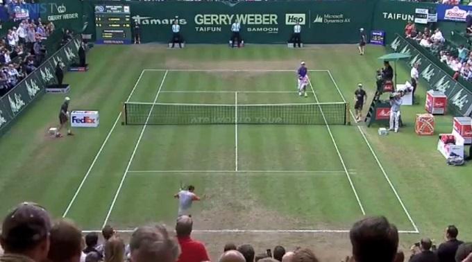 Roger Federer est retourné au fond du cours mais il a gagné le match et il s'en excuse dans la bonne humeur.