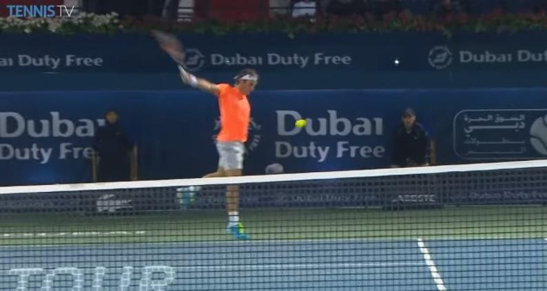 Roger Federer lâche un revers à 138 km/h en finale du tournoi de Dubaï.