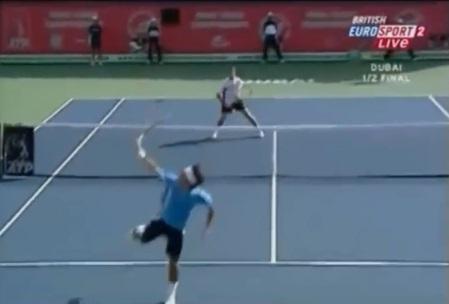 Roger Federer invente le smash de revers lobé.
