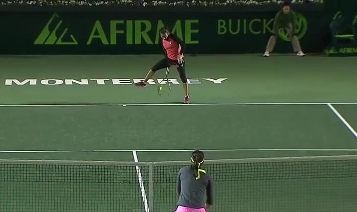 Francesca Schiavone a peut-être inscrit le point de l'année 2015 contre Caroline Garcia au tournoi de Monterrey.