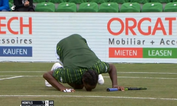 Pour s'excuser après un jet de raquette, Gaël Monfils console le gazon au tournoi de Stuttgart 2015.