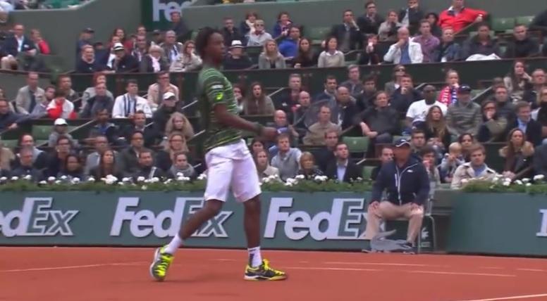 Une amortie vraiment bizarre de Gaël Monfils contre Federer.