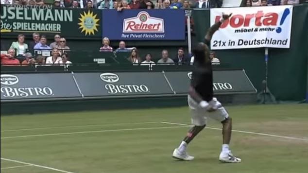 Gaël Monfils improvise un coup totalement fou au tournoi de Halle 2013.