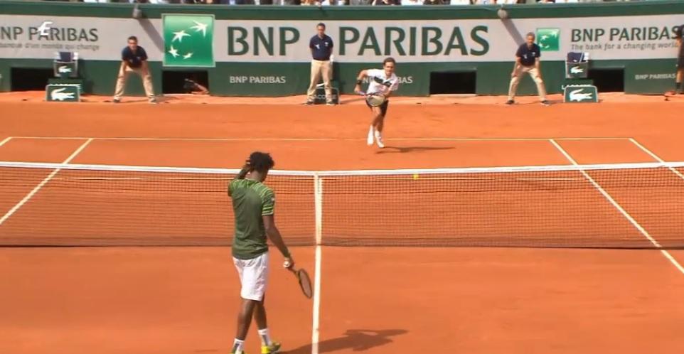 Gaël Monfils se recoiffe pendant un point au premier tour de Roland Garros 2015.