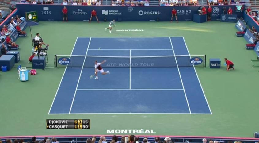 Richard Gasquet effectue une volée rétro contre Novak Djokovic au Masters 1000 de Montréal 2013.