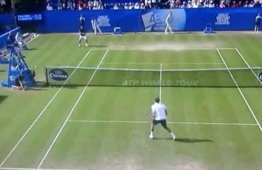 Gilles Simon retourne droit sur un ramasseur au tournoi d'Eastbourne 2014.
