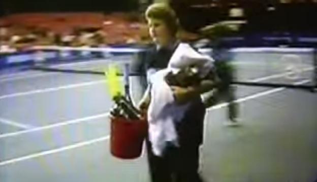 Les raquettes de Goran Ivanisevic quittent le court dans une poubelle.