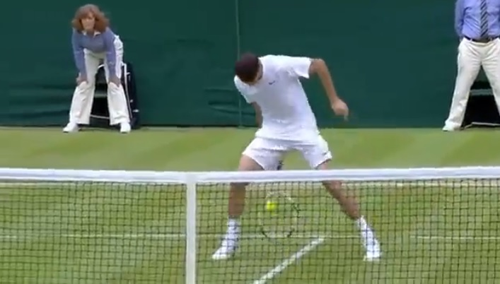 La demi-volée entre les jambes de Grigor Dimitrov contre Leonardo Mayer en huitièmes de finale de Wimbledon 2014.