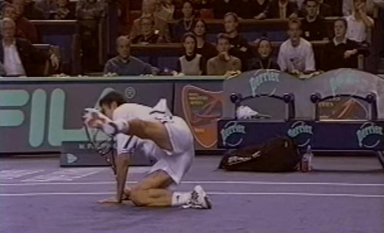 Marat Safin s'ouvre l'arcade en finale du Masters Series de Paris-Bercy 2000.