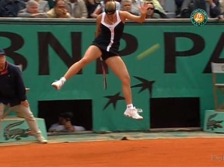 Mary Pierce réalise un lob de légende sur un coup entre les jambes.