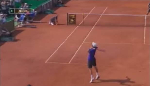 Mischa Zverev se fait plaisir et punit Roger Federer sur ce smash au tournoi de Rome en 2009.