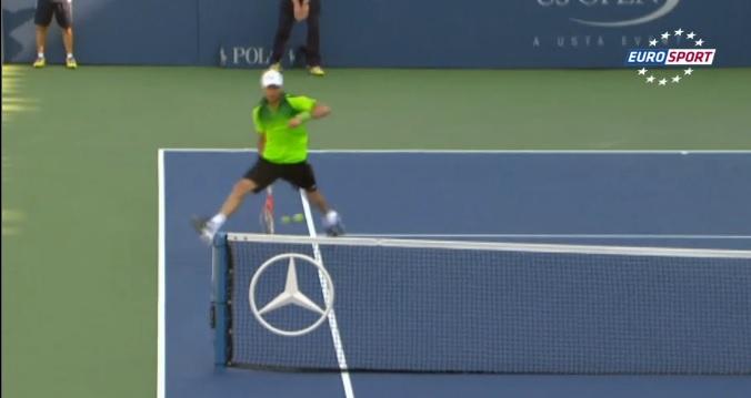 Juan Monaco signe le premier hot shot de l'US Open 2014 avec un délicieux tweener contre Tsonga au premier tour.