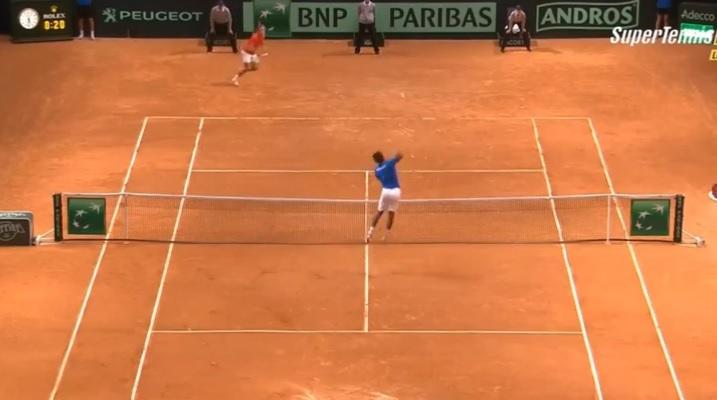 La Monf s'envole contre Roger Federer en finale de la Coupe Davis 2014.