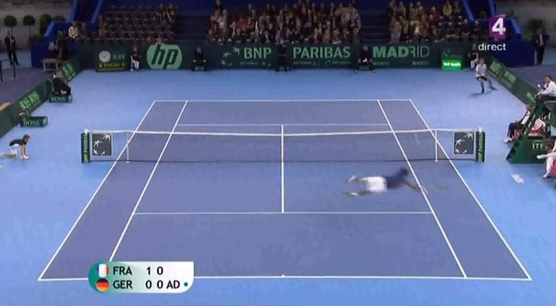 Gaël Monfils réalise deux plongeons dans un même point lors de la Coupe Davis 2010.