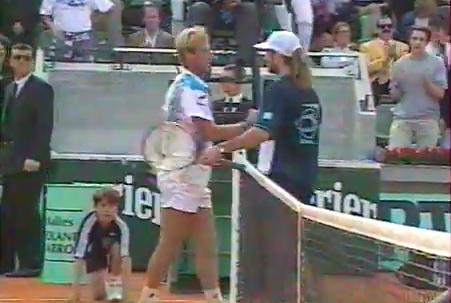 Thomas Muster sort vainqueur d'un énorme combat contre Andre Agassi au deuxième tour de Roland Garros 1994.