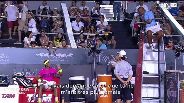 Rafael Nadal s'énerve contre l'arbitre Carlos Bernardes au tournoi de Rio.