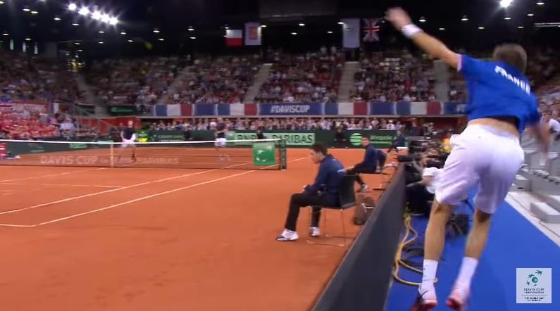 Nicolas Mahut renvoie une balle depuis les tribunes (Double – Coupe Davis 2017)