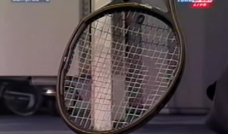 Pete Sampras fissure sa raquette sur un smash contre Andre Agassi au Masters 1999.