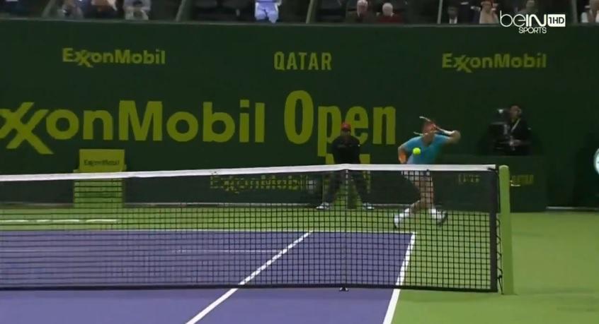 Un banana shot venu d'ailleurs de Rafael Nadal au tournoi de Doha 2015.