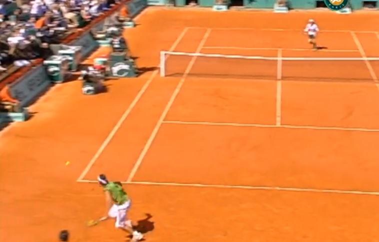 Un passing de légende de Rafael Nadal contre Davis Ferrer à Roland Garros en 2005.