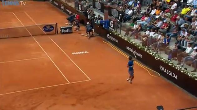 Les passings classiques, c'est trop facile alors Rafael Nadal innove avec un smash de revers gagnant du fond du court à Rome.