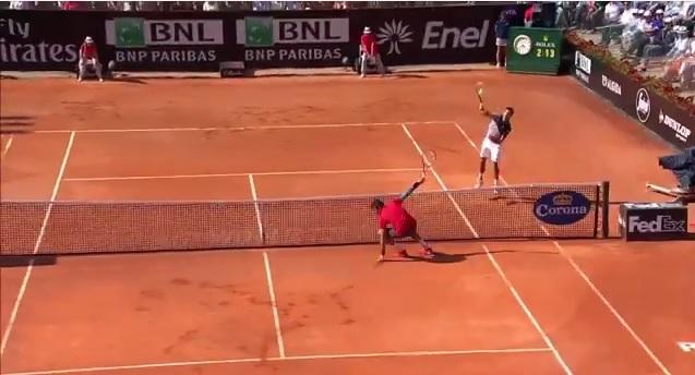 Milos Raonic y va au bluff contre Novak Djokovic.