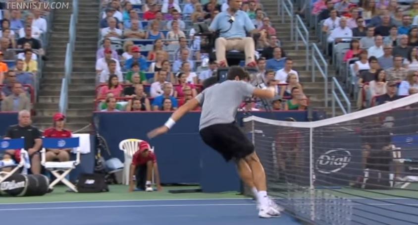 Milos Raonic touche le filet mais le Canadien remporte quand même le point au Masters 1000 de Montréal 2013.